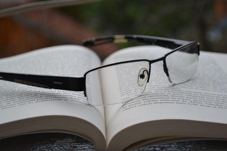 lentes sobre un libro abierto
