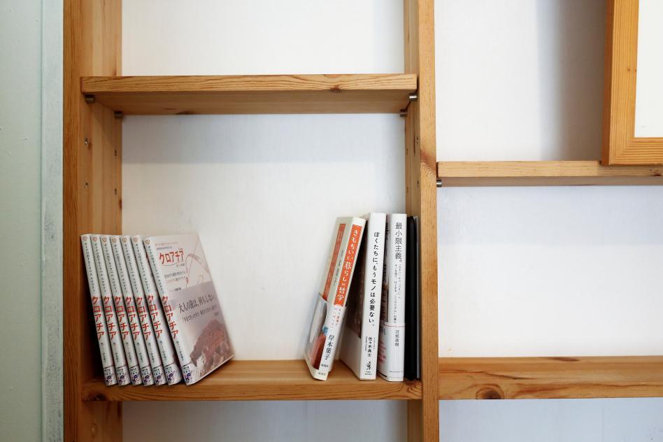 librero vacio con pocos libros