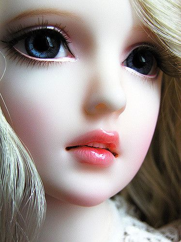 muñeca de porcelana rubia