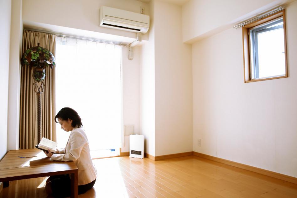 mujer lee en una casa vacia