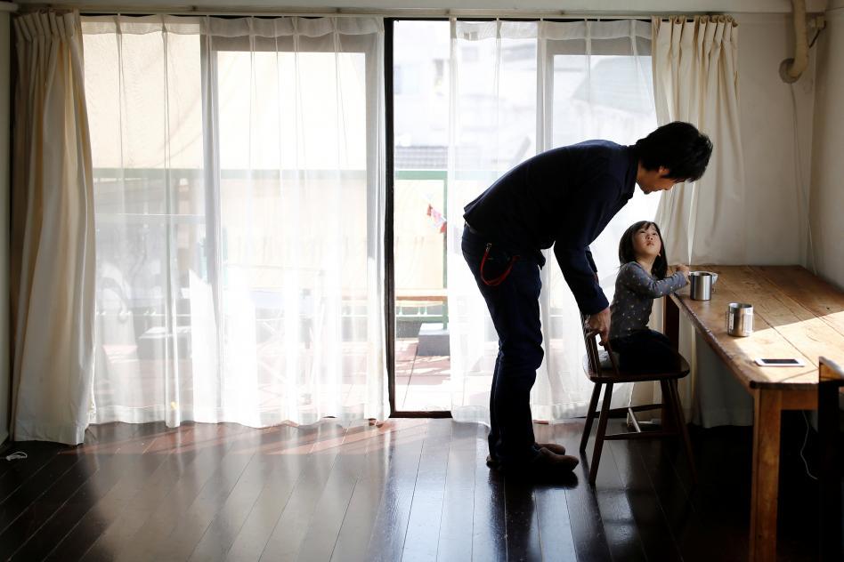 padre e hija en una sala vacia