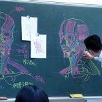 Profesor chino elabora dibujos increíbles para ilustrar sus clases