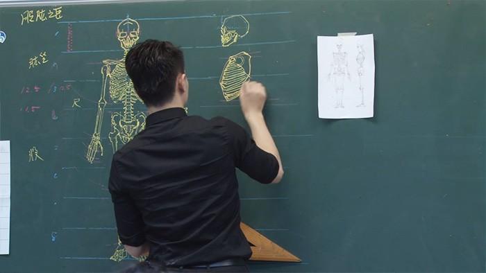 profesor dibujando pizarron (6)