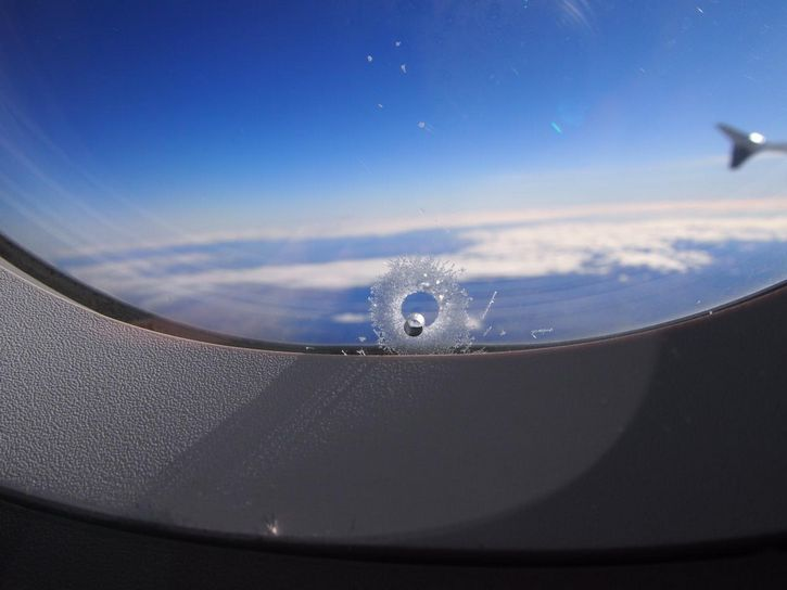 agujero ventana de avion