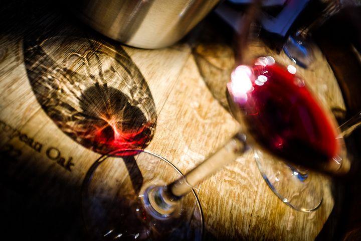 copa de vino tinto reflejos