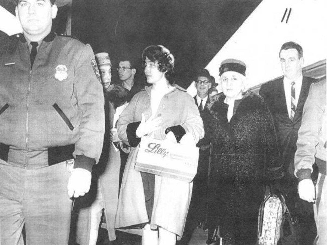 Chyrel es llevada por la policía.