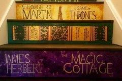 Escaleras pintadas con el lomo de los libros favoritos