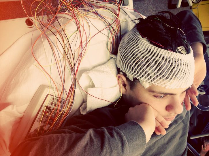 joven con electrodos