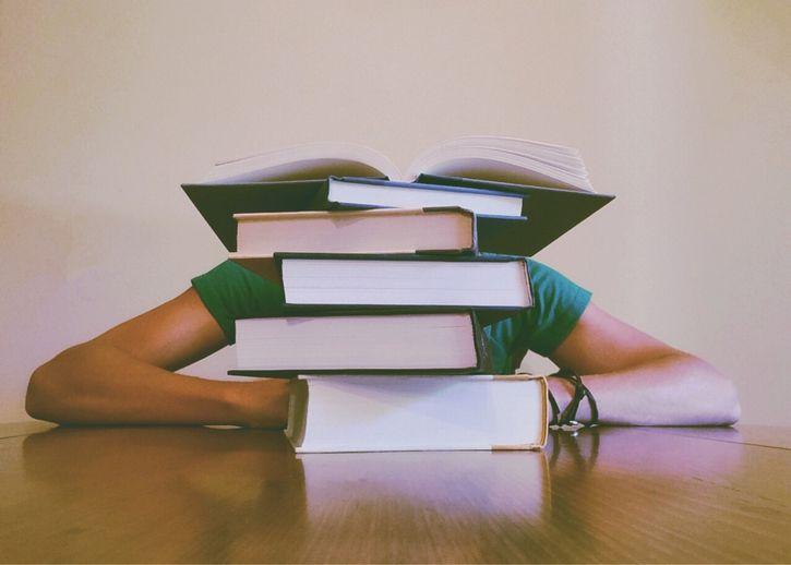 libros y estudiante aprendizaje