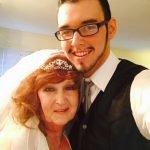Mujer de 71 se casa con joven de 17 que conoció en el velorio de su hijo