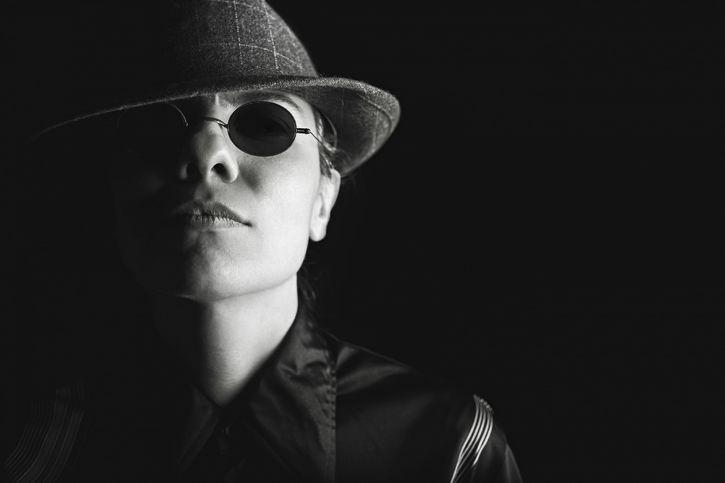 misterioso con lentes y sombrero