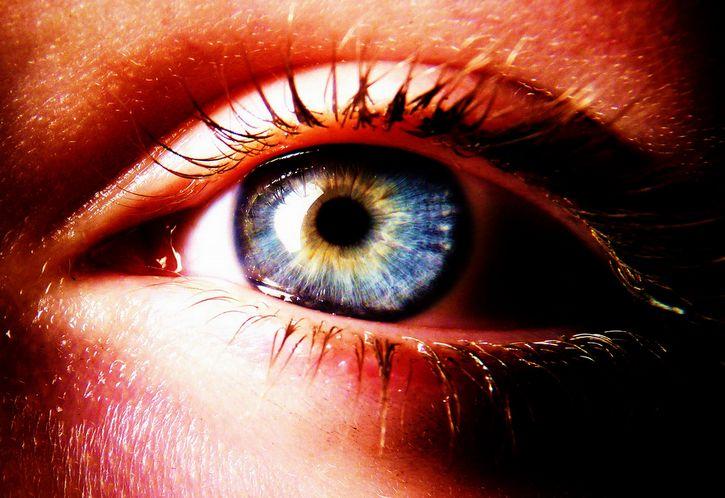 ojo de color azul y amarillo