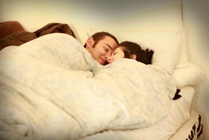 pareja arropada en la cama