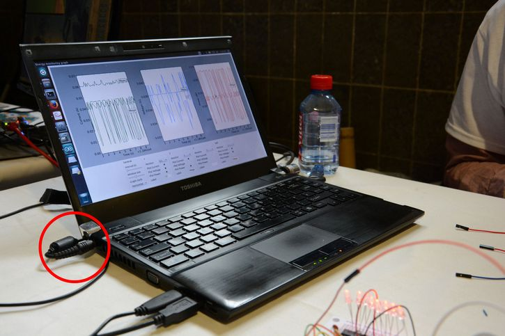 portatil cargandose sobreu na mesa