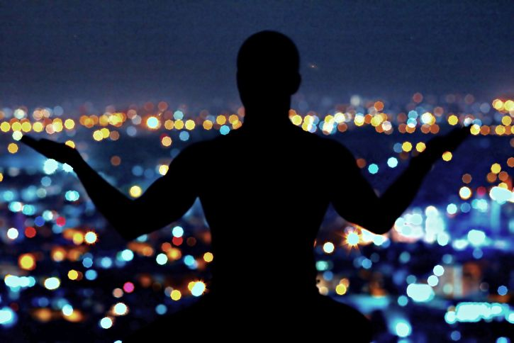 silueta meditando
