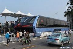 El autobús que pasa sobre los autos ya es realidad en China