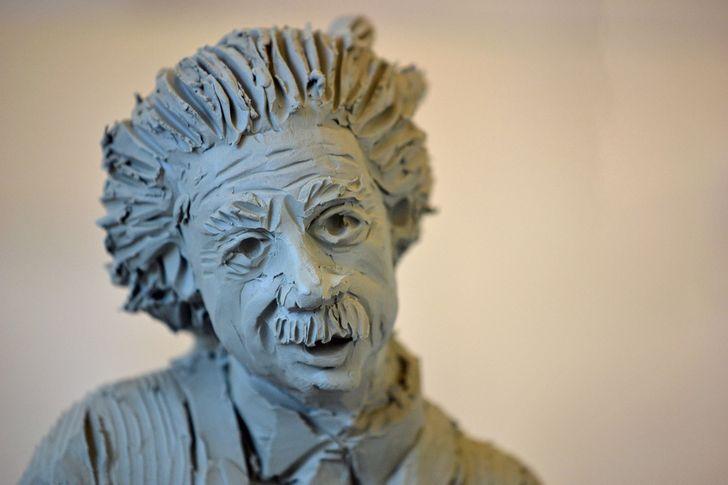 escultura en arcilla de Einstein