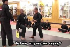 Un verdadero maestro reacciona frente a alumno que llora en una prueba