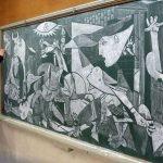 Profesor japonés recrea obras de arte en pizarrón