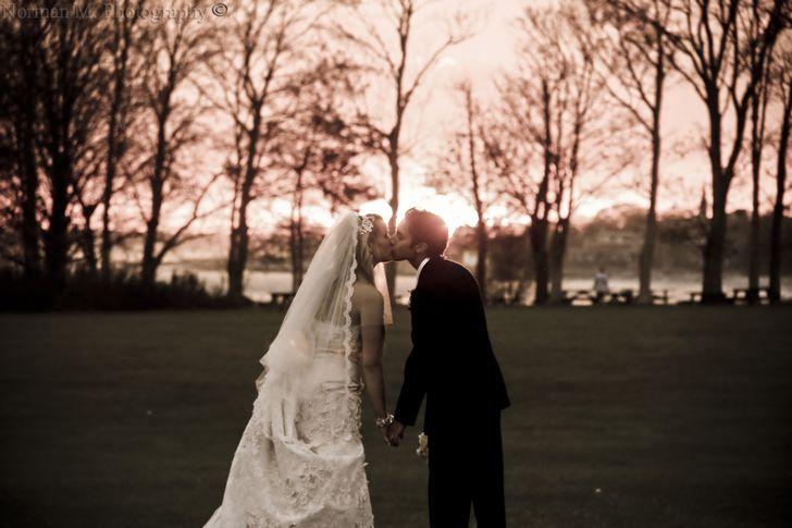 pareja de enamorados boda atardecer