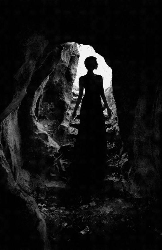 silueta-mujer-cueva