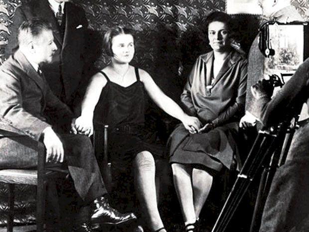 Eleonore Zugun junto a la condesa.