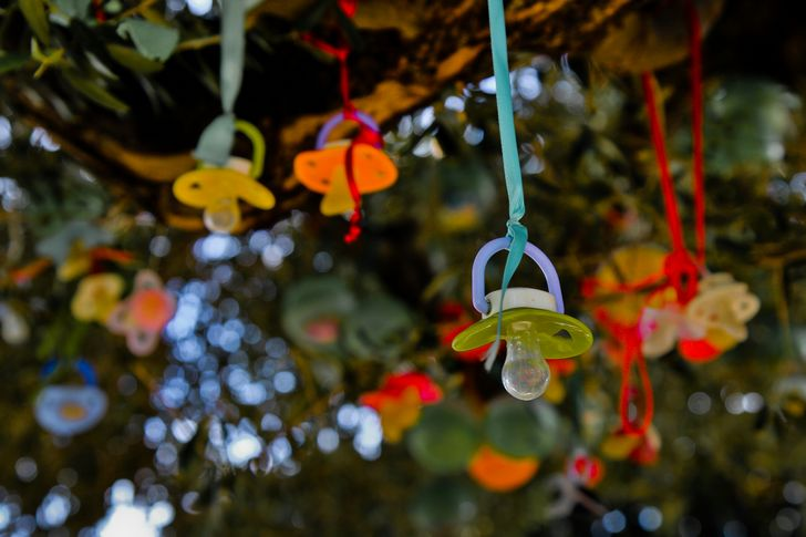 chupones-para-bebe-colgados-arbol