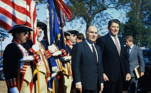 Francois Mitterrand y Ronald Reagan.