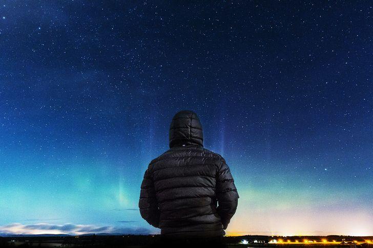 hombre-observando-el-horizonte-noche-estrellas