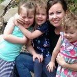 Madre que no vacunó a sus hijas se arrepiente cuando las niñas enferman