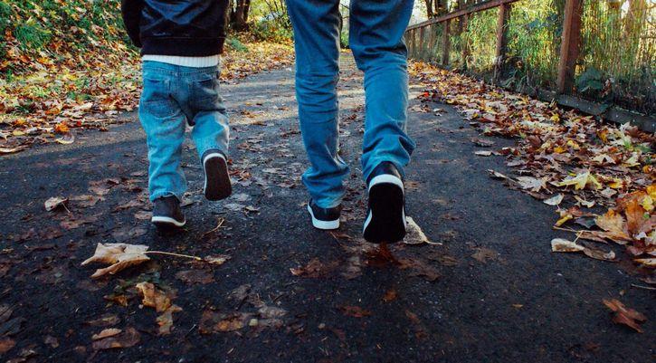 padre-hijo-caminando-bosque