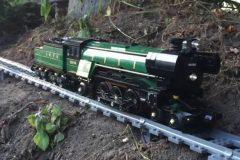 Épico recorrido de un tren en miniatura por la casa y el jardín + VIDEOS