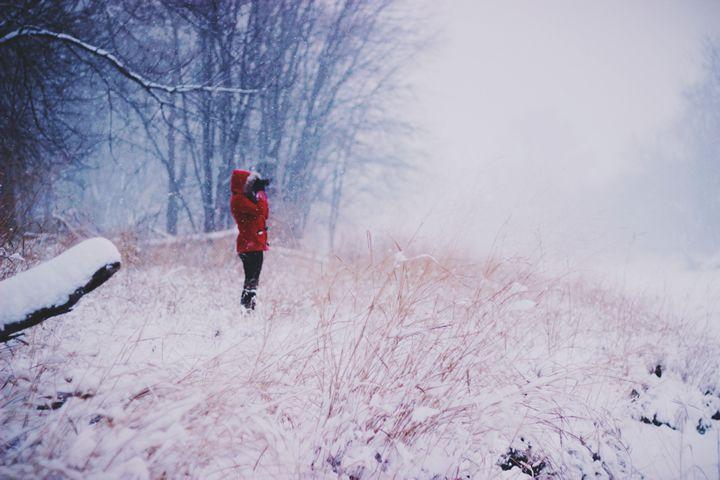 chica-a-solas-en-la-nieve