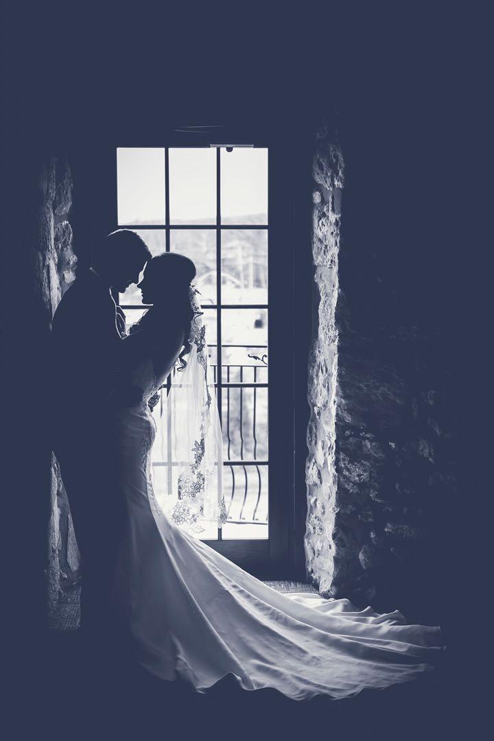 el-dia-de-la-boda-novios-y-ventana