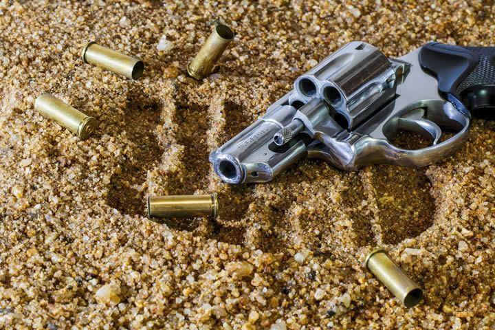 escena-del-crimen-revolver-y-casquillos
