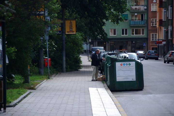 Basureros en la ciudad de Norr Mälarstrand, Stockholm, Suecia.