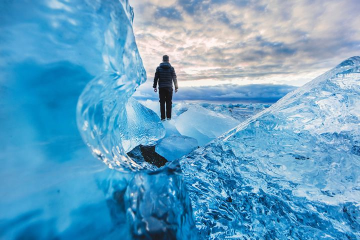 hombre-parado-glaciar