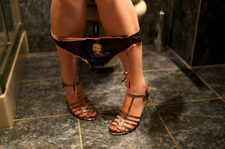 mujer-sentada-taza-de-bano