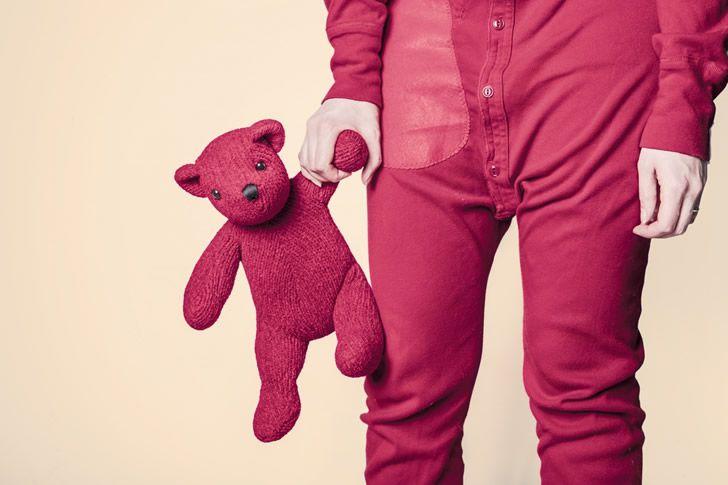 nina-con-un-oso-rosa