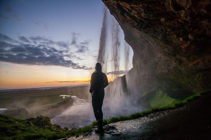 observando-cascada-y-paisaje