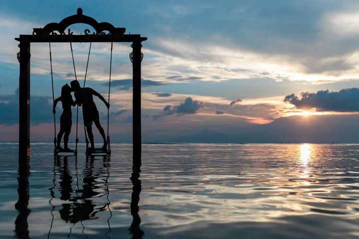 pareja-enamorada-mar-surrealista