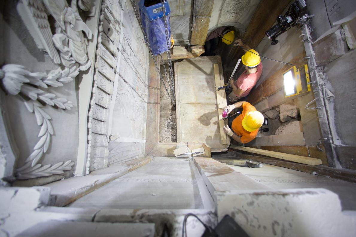 Resultado de imagen de apertura de la tumba jerusalem