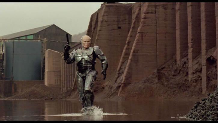 robocop-caminando-en-el-agua