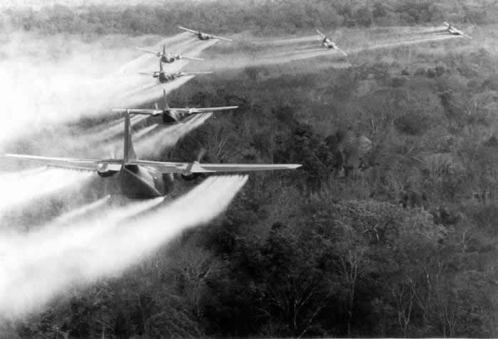 aviones rociando agente naranja en vietnam