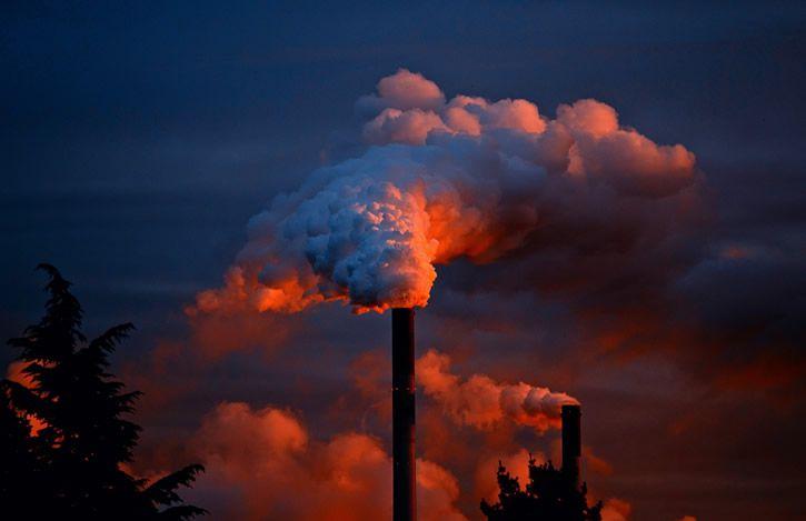 Chimenea industrial humo
