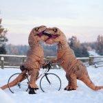Pareja se disfraza de T-Rex y muestra que el amor no está en peligro de extinción