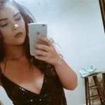 Publicó una foto con un lindo vestido, pero su habitación le robó la atención