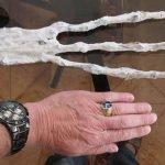 Misteriosa mano de tres dedos en Perú