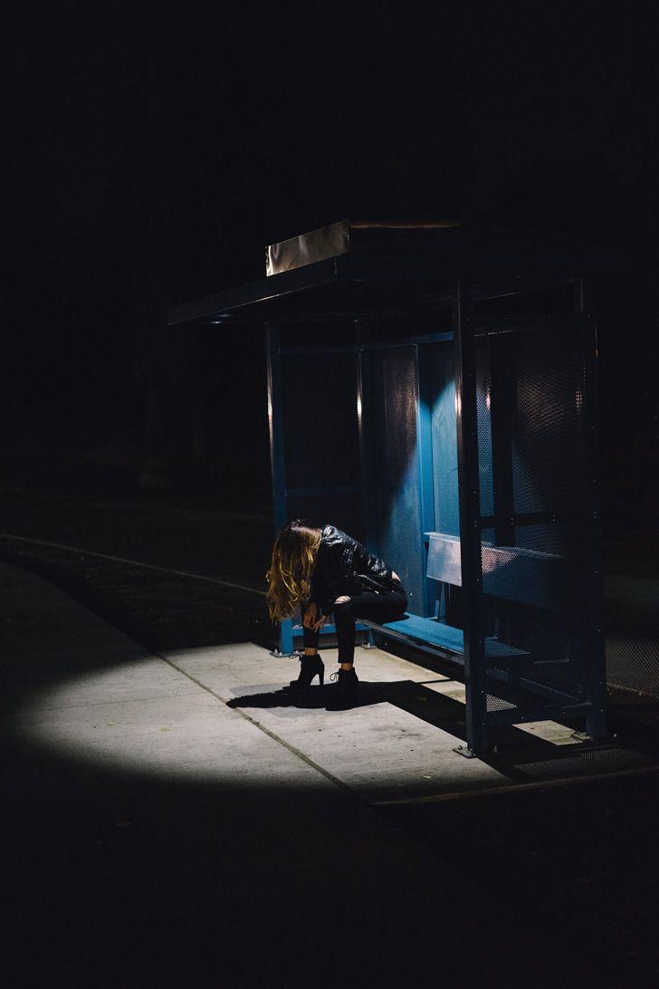 Mujer decepcionada parada autobus