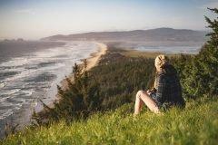 Mujer observando la playa reflexionando